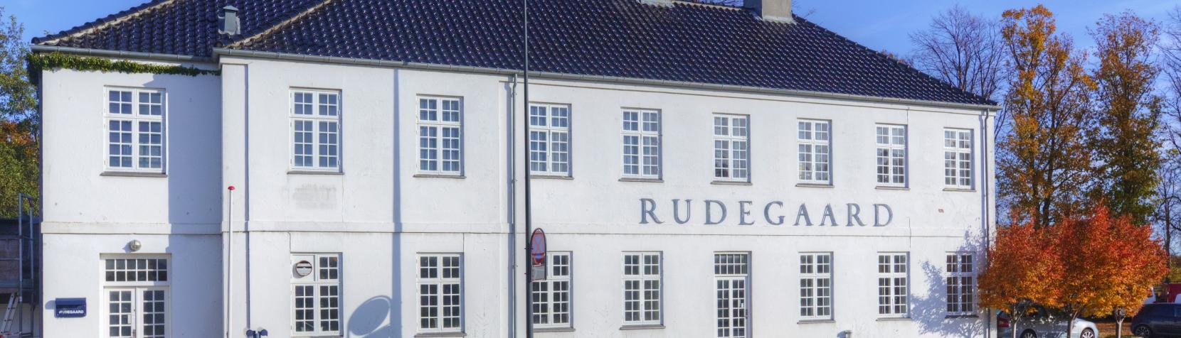 Rudegaard Idrætsanlæg - den hvide bygning