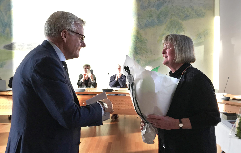 Jens Ive overrækker buket til Årets Kunster 2019