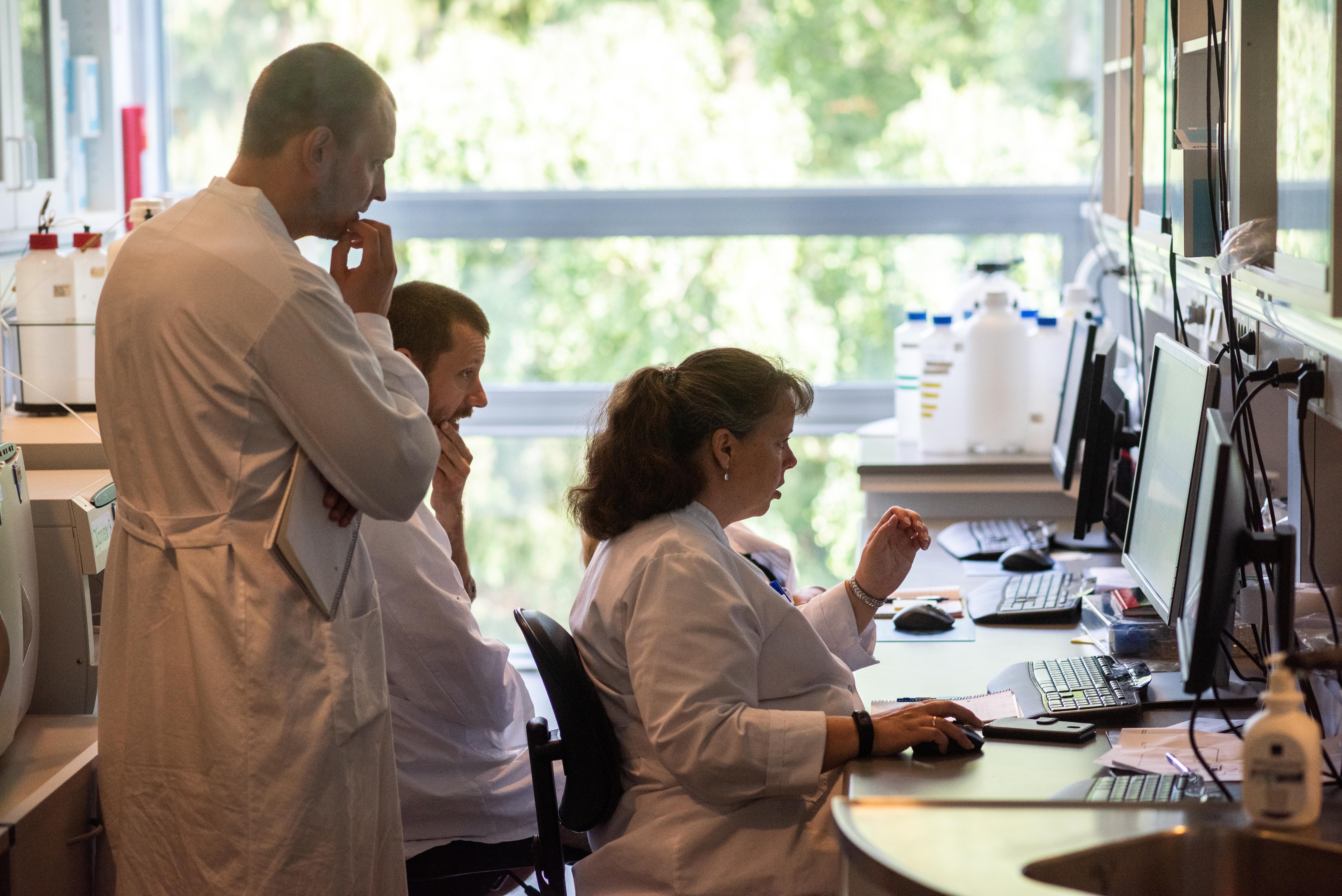 På et af hovedkvarterets laboratorier sidder fire laboranter og stirrer koncentrerede på den samme skærm.
