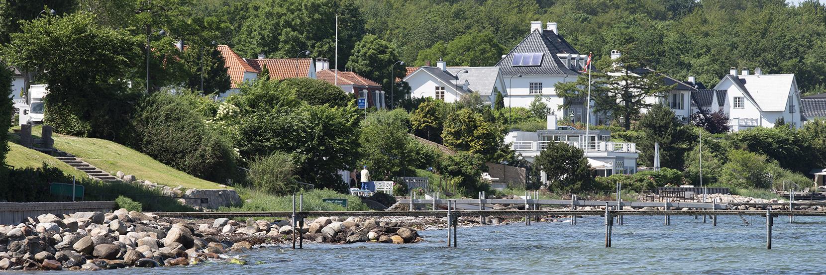 Øresundskysten ved Skodsborg, hvor havet møder skov og by med smukke villaer