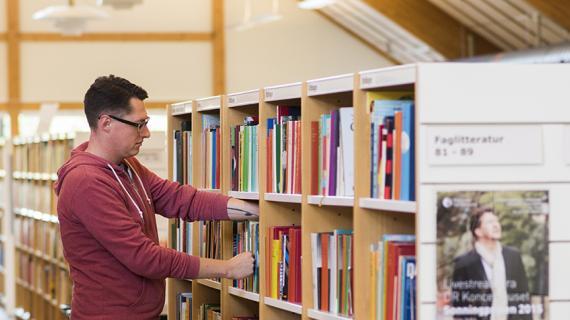 Rudersdal Biblioteker: Mand leder efter bøger på bibliotek