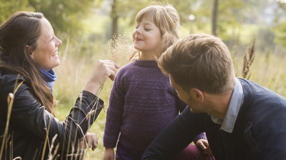 Familie på tur i skoven