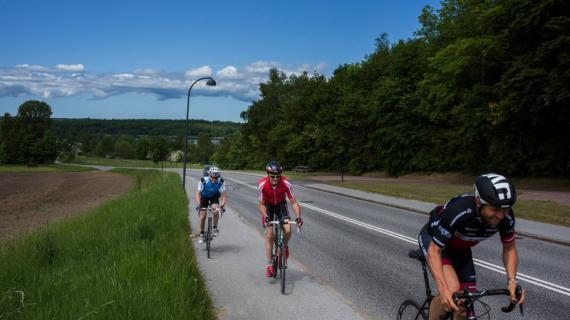 Tre cykelryttere på vej op af Åsebakken - hvem kommer først?
