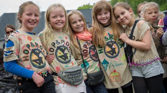 Børnene pynter selv deres t-shirt til festivalen.