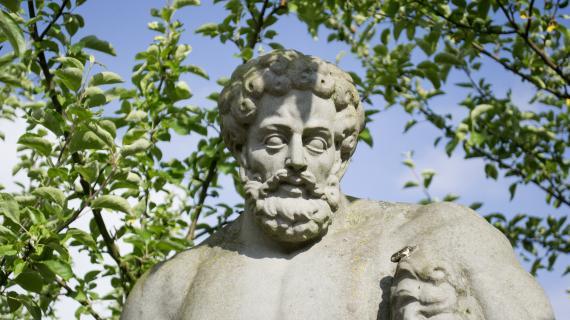 Statue i Barokhaven på Gl. Holtegaard