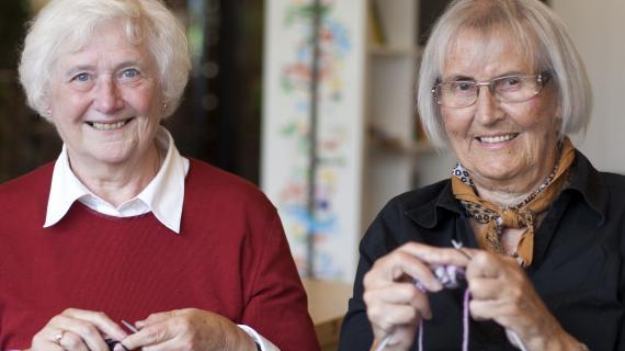 Damer der strikker