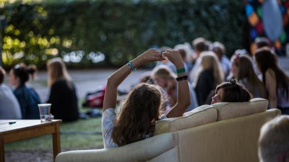 Tilskuere i sofa