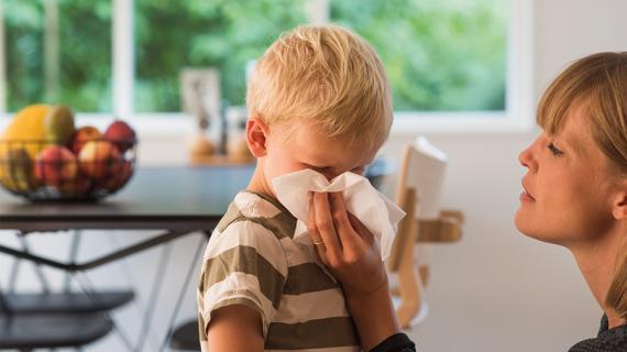 Mor pudser næse på søn