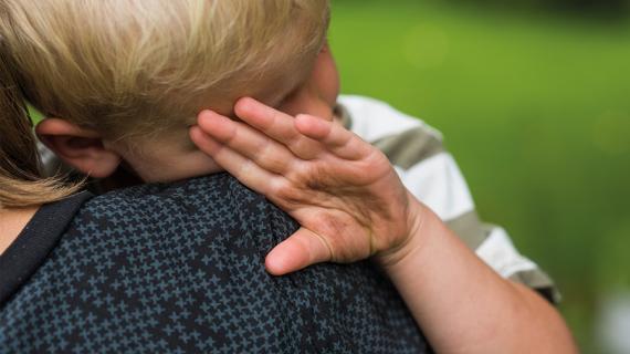 Lille dreng med beskidte hænder hos mor