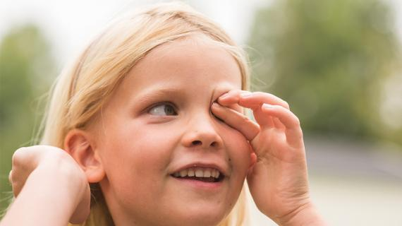 Pige gnider øje med fingre