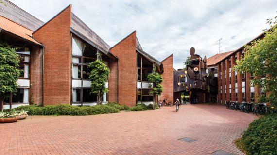 Administrationscentret i Birkerød tegnet af Ib og Jørgen Rasmussen