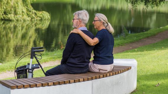 Billede af ældre par på en bænk i en park