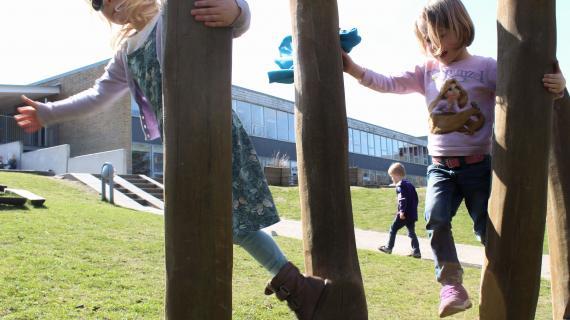 Piger klatrer i Pilegården