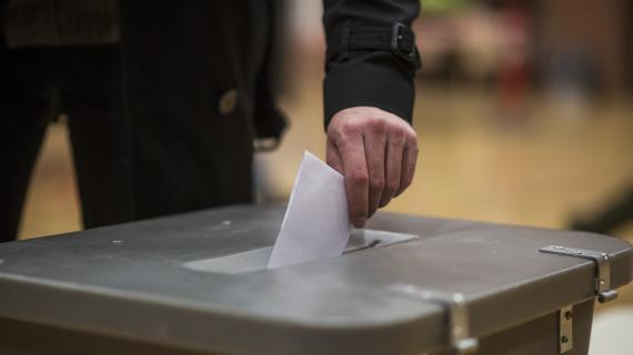 Stemmesedlen lægges i stemmeurnen