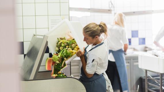 Køkkenets nye madkværn, der sikrer, at overskydende mad efterfølgende kan blive til biogas.