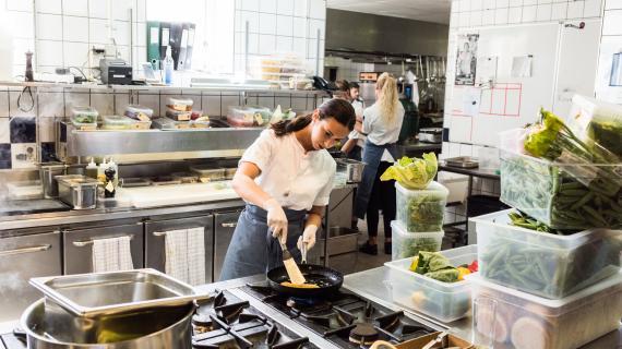 De ansatte har ændret deres energiadfærd for at sænke energiforbruget i køkkenet