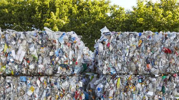 Paller med plastik til genanvendelse.