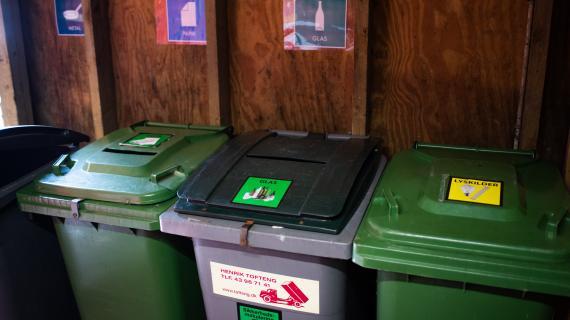 Et par af sorteringsmulighederne i Holte Midtpunkts fælles affaldsgård.