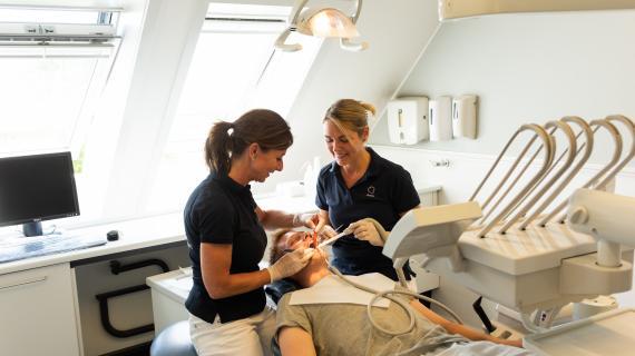 Tandlægerne Holte Midtpunkt under tandtjek.