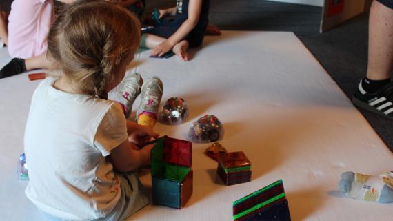 Teknologifestival Pige leger med magneter