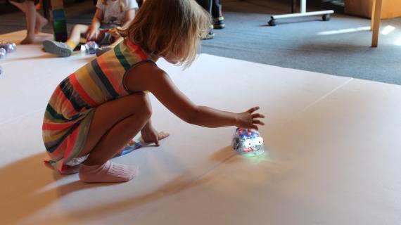 Teknologifestival Pige leger med robot