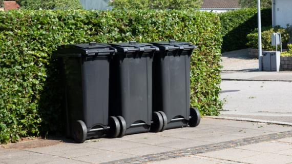 Affaldsbeholdere til genanvendelige affaldstyper.