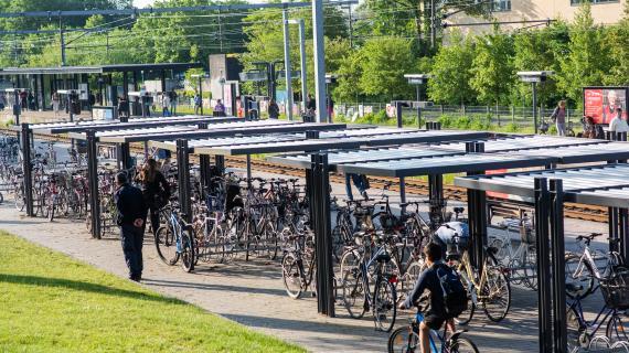 Cykelpendlere ved Birkerød S-togsstation.
