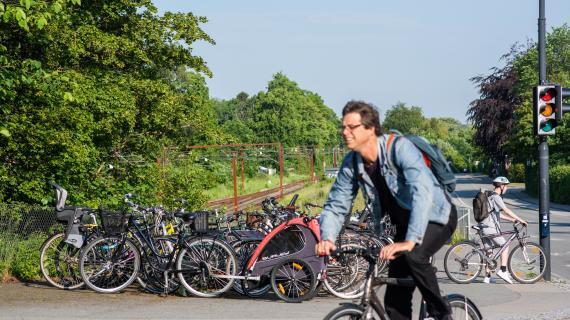 Cykelpendler ved Birkerød Station i fuld fart