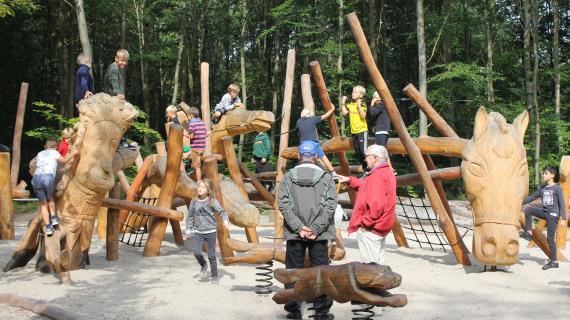 Børn på den nye skovlegeplads Kronhjorten