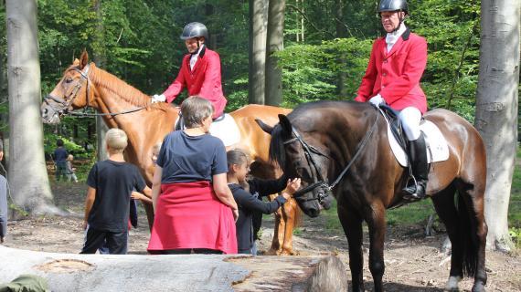 Sådan en fin dag skal der rigtige heste og ryttere til