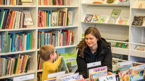 På biblioteket med børn