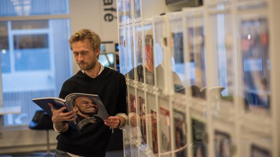 Læs et magasin på biblioteket