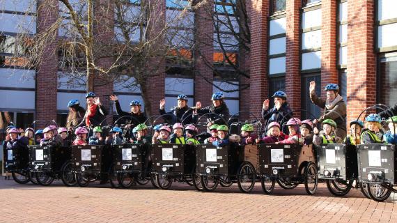 Børn og pædagoger fra område Hestkøb i nye ladcykler