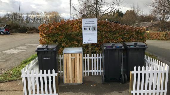 Opstilling med affaldsbeholdere på genbrugspladsen i Birkerød