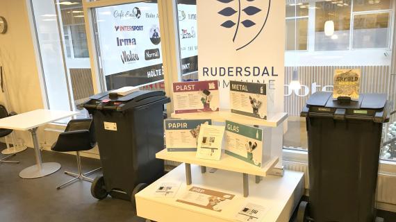 Se de nye affaldsbeholdere på Holte Bibliotek