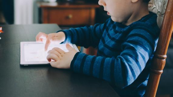 Barn med iPad