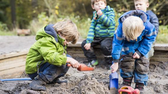 Børn leger i sandkasse