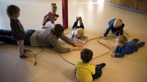 Børn og pædagog i Birkemosen leger med torv
