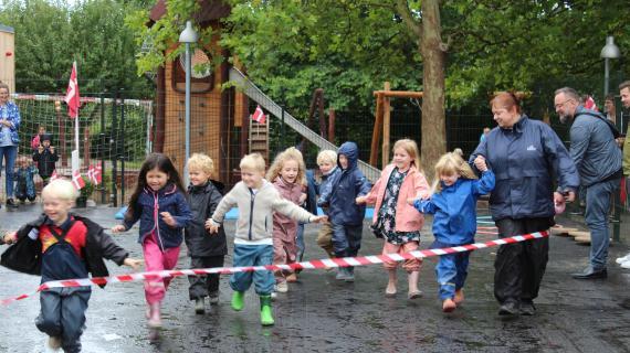 Børn løber igennem båndet til indvielsen af Skovlyhuset