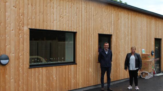 Udvalgsformand Daniel E. Hansen og daglig leder Katrine Linding Binau foran det nye Skovlyhuset