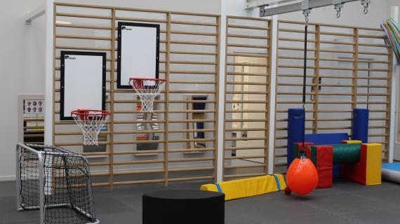 Skovlyhusets nye motorikrum med bl.a basketball-net og ribber