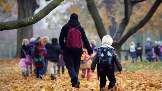 Børn går på tur i skoven