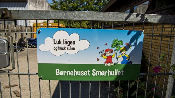 Skilt foran Børnehuset Smørhullet