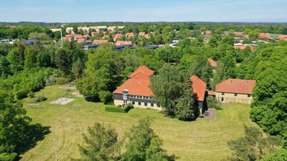 Den tidligere Egebækskolen ligger i smukke omgivelser