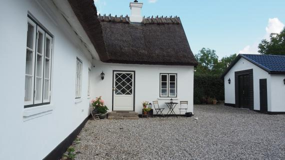Hvidt hus med stråtag