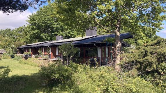 ældre hus i omgivelser med naturen