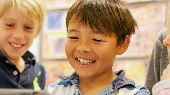 Skolebørn arbejder på iPad