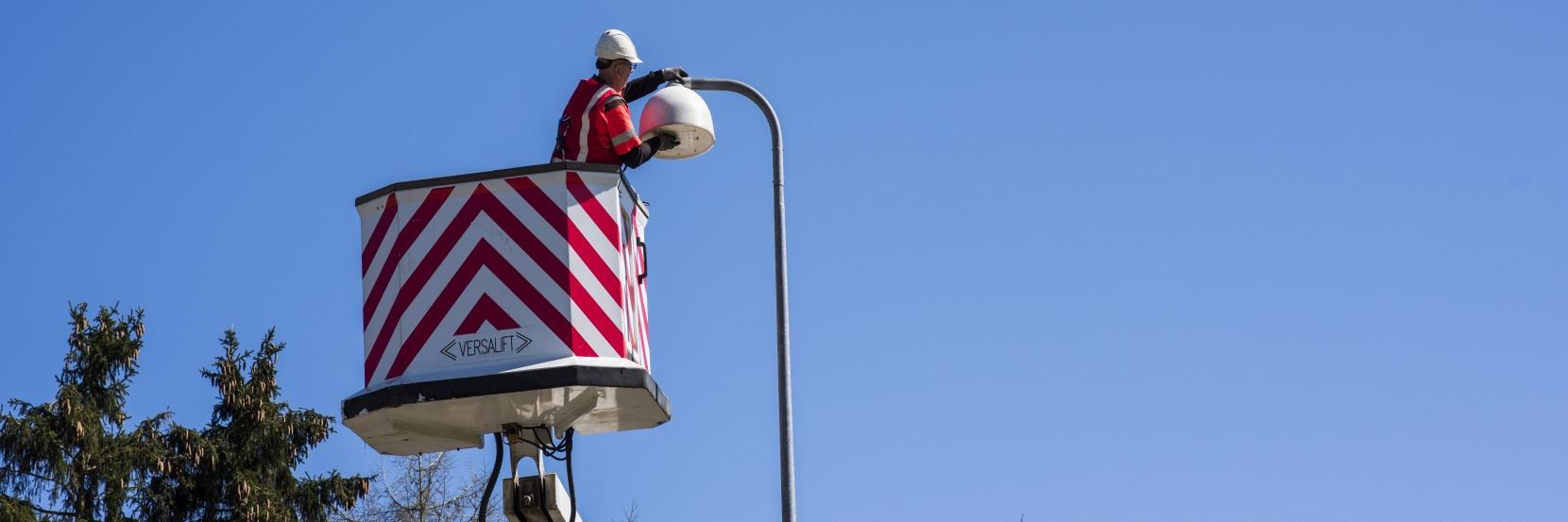 Mand reparerer gadelampe