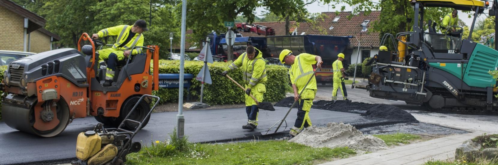 Vejarbejdere lægger asfalt