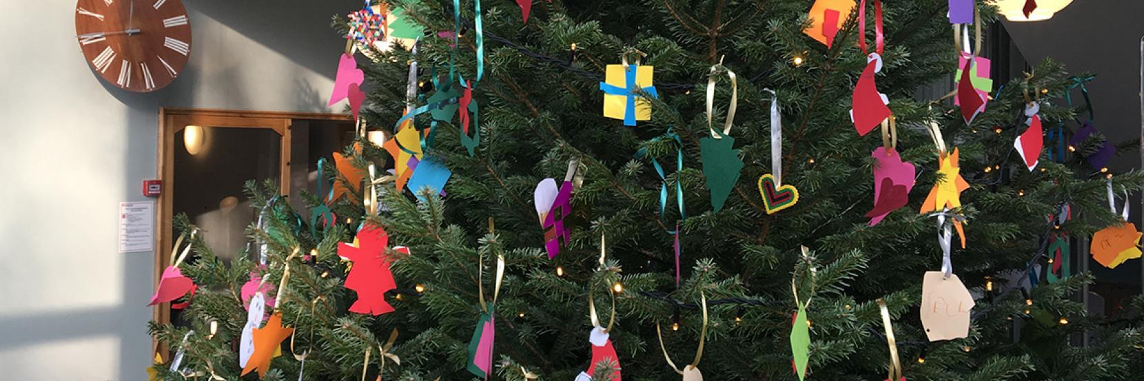 Juletræet i forhallen på rådhuset er pyntet af børn fra børnehaven på Vangebovej